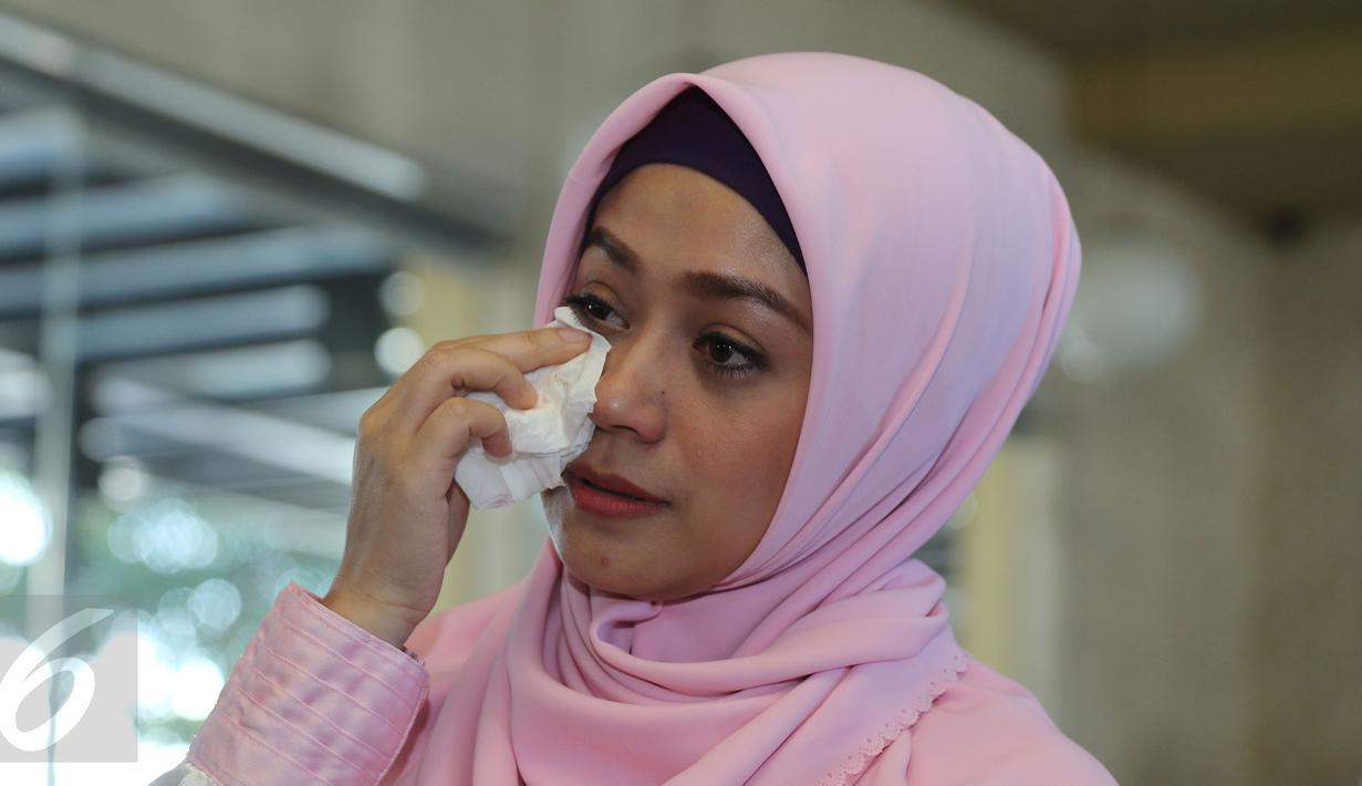 Shinta Tanjung meneteskan air mata saat memberikan keterangan pers di Tangerang,Jumat (15/07). Ustaz Zacky Mirza mengajukan permohonan talak terhadap Shinta ke Pengadilan Agama Depok akhir Maret lalu.  (Liputan6.com/Herman Zakharia)