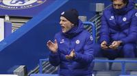 Manajer Chelsea Thomas Tuchel memberikan instruksi kepada pemainnya saat menghadapi West Bromwich Albion dalam lanjutan Liga Inggris di Stamford Bridge, Sabtu (3/4/2021) malam WIB. (John Walton/Pool via AP)