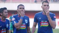Wallace Costa Alves (tengah), dalam laga PSS Sleman versus PSIS Semarang di Stadion Maguwoharjo, Rabu (17/7/2019). (Bola.com/Vincentius Atmaja).