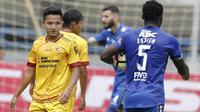 Gelandang Sriwijaya FC, Syahrian Abimanyu, saat melawan Persib Bandung pada laga Grup A Piala Presiden di Stadion GBLA, Bandung, Selasa (16/1/2018). Persib menang 1-0 atas Sriwijaya FC. (Bola.com/M Iqbal Ichsan)