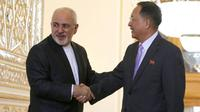 Menteri Luar Negeri Iran Javad Zarif menyambut kunjungan Menlu Korea Utara Ri Yong-ho di Teheran (AFP)