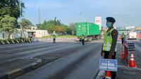 Posko Larangan Mudik di KM-30 arah Merak, tepatnya di Gerbang Tol Cikupa Ruas Tol Tangerang-Merak mulai beroperasi, Selasa (12/5/2020). (Liputan6.com/Pramita Tristiawati)