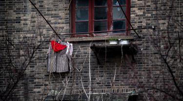 Sebuah celana dalam milik warga setempat saat dijemur di pemukiman Shanghai, Tiongkok, Minggu (5/3). Sebagian masyarakat Tiongkok percaya bisa menolak bala dengan celana dalam merah. (AFP PHOTO/Johannes EISELE)