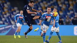 Pemain Lazio Stefan Radu berebut bola dengan pemain Napoli Arkadiusz Milik pada perempat final Coppa Italia di Stadion San Paolo, Napoli, Italia, Selasa (21/1/2020). Napoli sukses melaju ke semifinaL Coppa Italia setelah mengalahkan Lazio 1-0. (LaPresse via AP)
