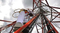 Teknisi turun dari menara jaringan telekomunikasi usai melakukan perawatan, Jakarta, Rabu (2/11). Pemerintah berharap masyarakat akan semakin dapat menikmati manfaat digital sesuai dengan target pemerintah. (Liputan6.com/Angga Yuniar)