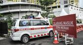 Mobil ambulans melewati pintu masuk saat mengantarkan pasien Covid-19 ke Rumah Sakit Darurat Covid (RSDC) Rusun Pasar Rumput, Jakarta, Senin (2/8/2021). Sebanyak 466 pasien Covid-19 masih menjalani perawatan di tower RSDC-19 Rusun Pasar Rumput hingga Senin (2/8) ini. (merdeka.com/Iqbal S Nugroho)