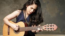 Gadis 17 tahun ini termasuk artis multitalenta. Selain berakting dan menjadi pembawa acara, Tissa juga jago bermain gitar dan menari. Ia sering mengunggah video dirinya mengcover lagu-lagu ke dalam akun Instagram & YouTube miliknya. (Liputan6.com/IG/@tissabiani)