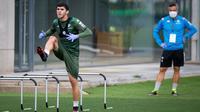 Pemain Real Betis, Carles Alena, ketika mengikut sesi latihan di Luis del Sol, Sevilla, Senin (11/5/2020). Sejumlah klub di Spanyol memulai latihan seiring rencana akan kembali bergulirnya kompetisi La Liga musim ini. (AFP/Real Betis/Fernando Ruso)
