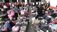 Sejumlah koper TKI berjejer di Bandara Soekarno Hatta,Tangerang, Rabu (11/11). Sebanyak 450 WNI overstayers dan TKI undocumented dari Jeddah, Arab Saudi dipulangkan pemerintah Indonesia. (Liputan6.com/Angga Yuniar)