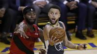 Aksi Stephen Curry saat Warrios lawan Blazers di lanjutan final wilayah NBA (AP)