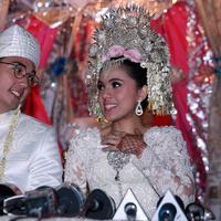 Mereka tak berhenti mengucap syukur ketika saat ini keduanya sudah menyandang status sebagai suami istri. Pasangan yang sudah resmi menjadi suami istri ini menggelar resepsi pernikahan pada malam harinya. (Deki Prayoga/Bintang.com)