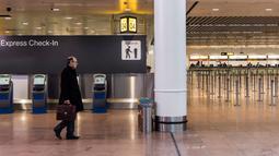 Seorang penumpang melihat layar informasi keberangkatan di Bandara Brussels, Zaventem, Belgia, Rabu (13/2). Menurut badan lalu lintas udara Skeyes, pembatalan penerbangan di Belgia berkaitan dengan aksi mogok nasional. (AP Photo/Geert Vanden Wijngaert)
