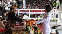 Presiden Joko Widodo menyerahkan duplikat bendera pusaka kepada Paskibraka Salma El Mutafaqqiha dalam Upacara Peringatan Detik-Detik Proklamasi Kemerdekaan Indonesia ke-74 Tahun 2019 di Istana Merdeka, Jakarta, Sabtu (17/8/2019).  (Liputan6.com/HO/Kentung)