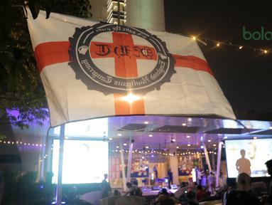 Fans Inggris membentangkan bendera saat acara Nobar Gratis di Sky Garden, Novotel Tangerang. (14/7/2018). Novotel menghadirkan Nobar Gratis untuk fans bisa merasakan sensasi Piala Dunia 2018. (Bola.com/Nick Hanoatubun)