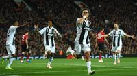 Striker Juventus, Paulo Dybala, merayakan gol yang dicetaknya ke gawang Manchester United pada laga Liga Champions di Stadion Old Trafford, Manchester, Selasa (23/10). MU kalah 0-1 dari Juventus. (AFP/Oli Scarff)