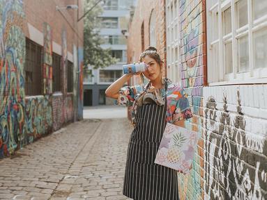 Berpose di salah satu jalanan dipenuhi mural di Melbourne, Jessica menggunakan pakaian senada dengan warna jalanan tersebut. Penampilannya lengkap dengan berbagai perlengkapan ala pelukis mural. (Liputan6.com/IG/@jscmila)