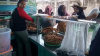 Deretan pengunjung nampak ngantri untuk mendapatkan pelayanan oleh-oleh khas Pangandaran, Jawa Barat (Liputan6.com/Jayadi Supriadin)