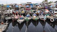 Sejumlah perahu nelayan bersandar di dermaga Tempat Pelelangan Ikan Cilincing, Jakarta Utara, Rabu (8/2). (Fery Pradolo/Liputan6.com)