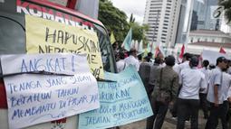 Sejumlah poster dalam unjuk rasa yang digelar oleh massa dari Serikat Pegawai PD Pasar Jaya di depan Balai Kota DKI Jakarta, Rabu (31/1). Mereka menolak tenaga profesional PKWT & PKWTT yang Kolusi, korupsi, Nepotisme (KKN).  (Liputan6.com/Faizal Fanani)