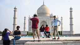 Turis mengunjungi Taj Mahal setelah dibuka kembali untuk pengunjung menyusul pelonggaran pembatasan virus corona Covid-19 di Agra, Inida, Rabu (16/6/2021). Taj Mahal ditutup untuk umum pada awal April 2021 ketika India memberlakukan tindakan penguncian ketat. (Money SHARMA/AFP)