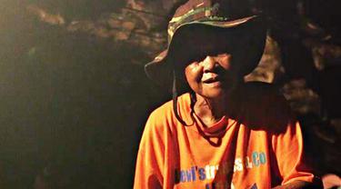 Mbah Kijem menghabiskan setengah abad hidupnya tinggal sendiri di Gua Langse Gunungkidul. Apa alasannya? Bagaimana dia dapat bertahan hidup?