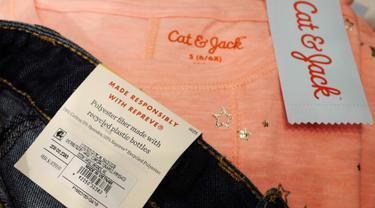 Label pada celana jeans merek Cat & Jack terdapat keterangan bahan dasar pembuatan celana yang dipajang di toko Target, New York, Jumat (14/7). Disebutkan bahwa celana terbuat dari polister daur ulang sebanyak 22 persen  (AP/Mark Lennihan)