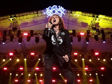Grup band Whitesnake tampil di perhelatan JogjaROCKarta #4 di Stadion Kridosono,Yogyakarta, Minggu (1/3/2020). Whitesnake merupakan salah satu band penampil dalam JogjaROCKarta #4 selain band rock asal Jerman Scorpions. (Fimela.com/Bambang E Ros)