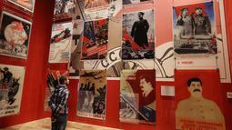 Pengunjung melihat poster-poster para pemimpin saat Perang Dunia II di Museum Perang Dunia II di Gdansk, Polandia, (23/1). Sekitar 22.000 petugas Polandia tewas dalam Perang Dunia II. (AP/Czarek Sokolowski)