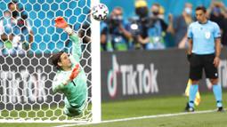 Yann Sommer berhasil membaca arah sekaligus menepis sepakan penalti striker Prancis, Kylian Mbappe,. (Robert Ghement/Pool via AP)