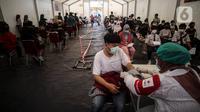 Petugas kesehatan melakukan screening terhadap penerima vaksin covid-19 di Gudang Darurat Nasional Palang Merah Indonesia, Jakarta, Kamis (15/7/2021). PMI turut menggelar vaksinasi massal untuk mempercepat pencapaian target pemerintah untuk mewujudkan kekebalan komunitas. (Liputan6.com/Johan Tallo)