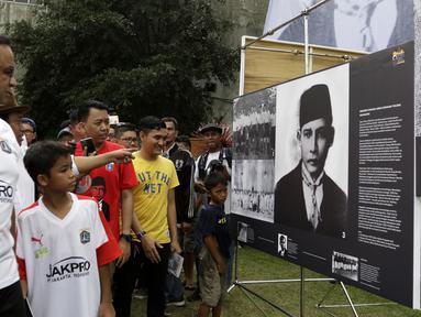 Gubernur DKI Jakarta, Anies Baswedan, melihat pameran sejarah MH Thamrin di lapangan VIJ, Petojo, Jakarta, Sabtu (16/2). Acara ini rangkaian dari Festival 125 Tahun MH Thamrin. (Bola.com/Yoppy Renato)