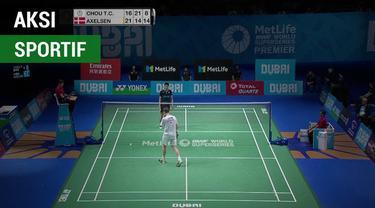 Berita video aksi sportif pebulu tangkis Denmark, Viktor Axelsen, di BWF Super Series Final 2017 saat menghadapi atlet China Taipei, Chou Tien Chen.