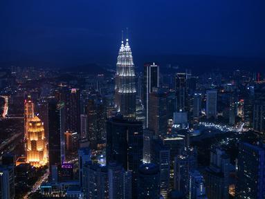 lainnya, seperti yang terlihat dari Menara KL, di Kuala Lumpur (13/10/2020). Malaysia mengumumkan pembatasan baru di sekitar ibu kota dan negara bagian Sabah yang paling parah terkena dampaknya. (AFP/Mohd Rasfan)