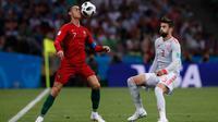 Penyerang Portugal Cristiano Ronaldo berusaha mengontrol bola dari kawalan bek Spanyol Gerard Pique saat bertanding pada grup B Piala Dunia 2018 di Stadion Fisht di Sochi, Rusia (15/6). Portugal dan Spanyol bermain imbang 3-3. (AP Photo/Manu Fernandez)