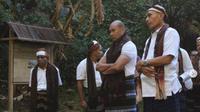 Para pria di Kota Ende mengenakan ragi atau sarung (dok.instagram/@tamannasionalkelimutu/https://www.instagram.com/p/CJu_7YjnLKS/Komarudin)