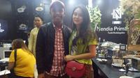 Furry Setya dan calon istrinya Dwinda Ratna saat mencoba katering Nendia Primarasa yang sedang pameran di Jakarta, Minggu (11/11/2018) (Liputan6.com/Aditia Saputra)