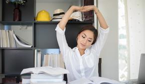 Perbaiki cara duduk agar kembali semangat kerja (iStockphoto)
