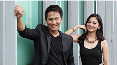 Delon dan Tiwi melakukan duet maut, berkolaborasi dalam membuat proyek musik. Seperti apa ceritanya? Saksikan hanya di Starlite!
