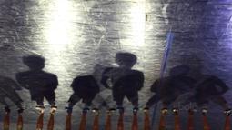 Para pemain Merah Jaya Bekasi bersiap melawan Adira FC  pada Grand Final Super Soccer Futsal Battle 2017 di Bintaro Xchange, Tangerang, Minggu (22/10/2017). Adira FC menang adu penalti atas Merah Jaya Bekasi. (Bola.com/Vitalis Yogi Trisna)