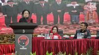 Ketua Umum PDIP Megawati Soekarnoputri (kiri) memberi sambutan saat penyerahan KTA PDIP kepada tokoh agama, purnawirawan TNI-Polri, dan akademisi di Jakarta, Selasa (2/4). Sejumlah tokoh agama, purnawirawan TNI-Polri, dan akademisi menyatakan bergabung dengan PDIP. (Liputan6.com/Faizal Fanani)