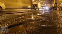 Kondisi jalan yang rusak dan berlubang di ruas Tol JORR tepatnya di terowongan Pasar Rebo, Jakarta, Senin (29/2) malam. Kondisi jalan yang rusak itu menyebabkan kemacetan dari arah Ulujami menuju Jati Asih dan Cikunir. (Liputan6.com/Herman Zakharia)