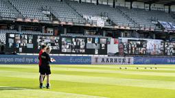 Sejumlah layar besar dipasang sebelum pertandingan Liga Denmark antara AGF dengan Randers FC di Ceres Park, Aarhus, Denmark, Kamis (28/5/2020). Laga ini menjadi pertandingan pertama yang melibatkan suporter melalui aplikasi pertemuan virtual. (Henning Bagger/Ritzau Scanpix via AP)