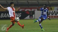 Aksi Makan Konate saat Persib Bandung mengalahkan Pusamania Borneo FC di Perempat Final Piala Presiden 2015 (Liputan6.com / Helmi Fithriansyah)
