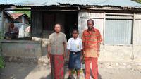 Yohanes Andi Gala bersama kedua orang tuanya di depan rumah mereka yang sederhana. (foto: Liputan6.com / Ola Keda)