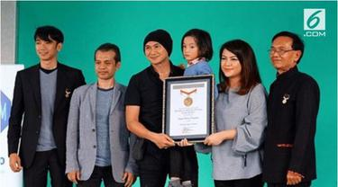 Anak pasangan musisi Anji dan Wina Natalia terima penghargaan MURI sebagai pencipta lagu dengan usia termuda.