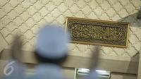 Potongan Kiswah hadiah dari Raja Salman bin Abdulaziz Al Saud di Masjid Istiqlal, Jakarta, Jumat (10/3). Letak pemajangan Kiswah (kain penutup Kakbah) tepat berada di samping mimbar khatib. (Liputan6.com/Faizal Fanani)