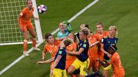 Kiper timnas putri Belanda Sari van Veenendaal coba menghalau bola pada semifinal Piala Dunia Wanita di Stade de Lyon, Rabu (3/7/2019) atau Kamis dini hari WIB. (AFP/Jean-Philippe Ksiazek)