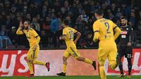 Gol Gonzalo Higuain membantu Juventus mengalahkan Napoli di San Paolo. (Ciro Fusco/ANSA via AP)