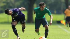 Pemain Timnas Indonesia U-22, Sadil Ramdani (kanan) berlari berebut bola dengan pemain Persita saat laga uji coba di Lapangan SPH Karawaci, Tangerang, Selasa (25/4). Timnas Indonesia U-22 unggul 2-1. (Liputan6.com/Helmi Fithriansyah)
