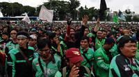 Pengemudi ojek online (ojol) menggelar demonstrasi di depan Gedung DPR/MPR, Senayan, Jakarta, Jumat (28/2/2020). Aksi demo ratusan sopir ojek online dipicu karena ada usulan anggota DPR yang ingin ojek online tidak mengangkut penumpang, melainkan hanya mengangkut barang. (Liputan6.com/Johan Tallo)